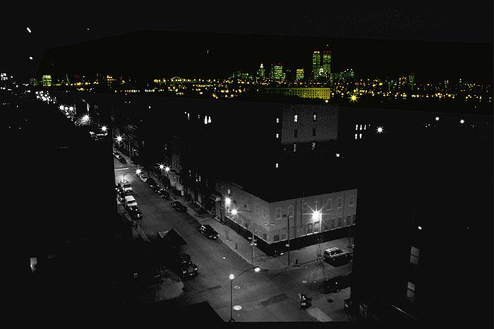 Aussicht von einem Dach in Brooklyn nach Manhattan bei Nacht